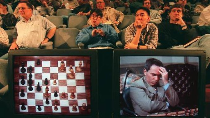 Garri Kasparow im zweiten von sechs Spielen gegen Deep Blue. Der hat einen entscheidenden Fehler gemacht.