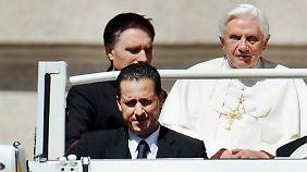 Der Geheimnisverrat durch den ehemaligen Kammerdiener des Papstes (vorne rechts) erschüttert seit Monaten den Vatikan.