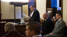 Paolo Gabriele (r.) sitzt in der Vatikanstadt auf der Gerichtsbank.