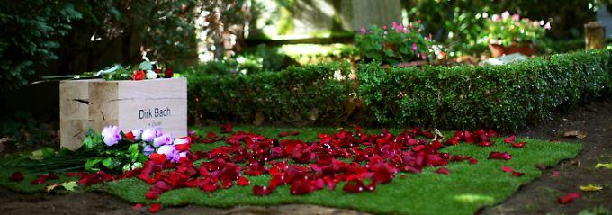 Bachs Leichnam war am frühen Sonntagmorgen eingeäschert und seine Urne in der Abenddämmerung beigesetzt worden.