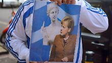 Nicht alle Protestplakate gegen Angela Merkel sind vornehm.