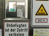 Der Leiter der Virusdiagnostik des BNI, Jonas Schmidt-Chanasit, kommt aus dem Sicherheitslabor S3.