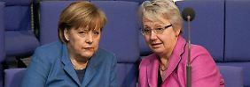 Merkel und Schavan bei einem vertraulichen Gespräch im Bundestag.