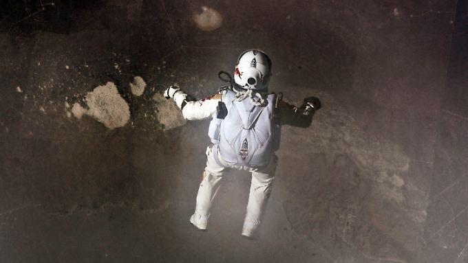 Atemberaubender Sprung aus Stratosphäre: Bilder aus Sicht der Live-Kameras