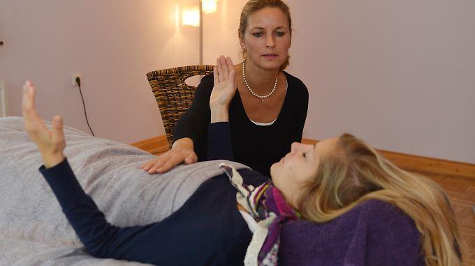 Bei der Hypnose versetzen Therapeuten ihre Patienten in einen tranceähnlichen Zustand.