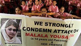 Mädchen in Ahmadabad (Indien) zeigen ihre Unterstützung für Malala.