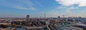 Berlin, vom Dach des Hauptbahnhofes aus betrachtet: Unsichtbaren Blasen gleich schweben die Einwahlpunkte über dem Zentrum.