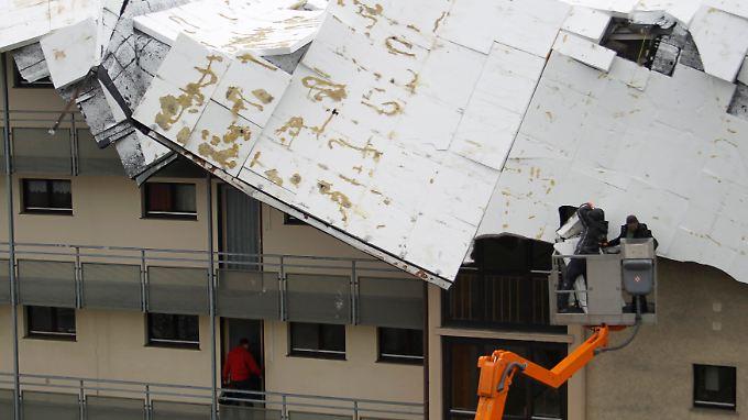 """Dieses Dach eines Wohnhauses in Mainz hat """"Xynthia"""" nicht widerstanden."""