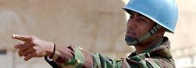 Ein UN-Soldat aus Bangladesh regelt den Verkehr an einem Kontrollpunkt in Bunia im Kongo.