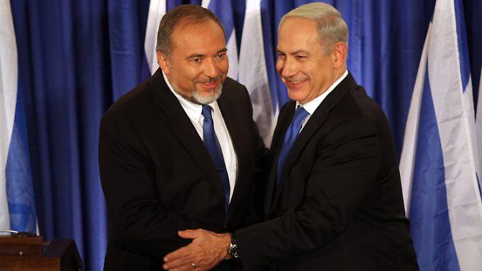 Fehlt nur noch das Küsschen: Lieberman (ausnahmsweise links) und Netanjahu.