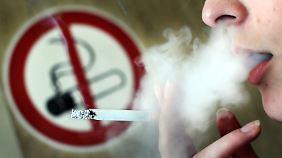 Mit dem Rauchen aufzuhören lohnt sich: Wird der Glimmstängel vor dem 40. Lebensjahr für immer zur Seite gelegt, gewinnen Frauen neun Lebensjahre hinzu.