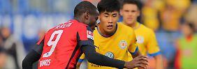 Remis im Spitzenspiel: Herthas Torschütze Adrian Ramos und der Braunschweiger Chengdong Zhang.