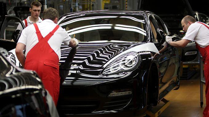 Arbeit an einem Porsche Panamera in Leipzig.