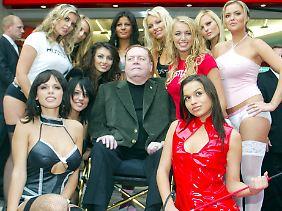 Gruppenbild mit Herr: Larry Flynt und einige seiner Models.