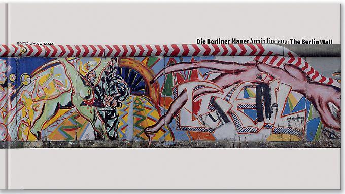 """Im Band """"Die Berliner Mauer"""" der Edition Panorama sind Dutzende Beispiele der Kunstwerke, Parolen und Kritzeleien dokumentiert, die sich einst an der Westberliner Seite der Mauer fanden."""