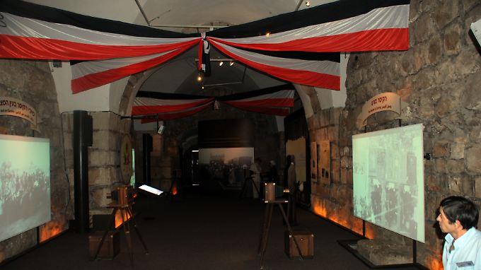 In der Ausstellung werden historische Fotos mit moderner Technik an die Wände projiziert.