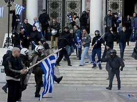 Chrysi-Avgi-Anhänger vor der St. Panteleimon-Kirche in Athen.