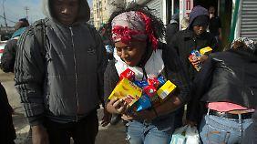 """Anstehen für Lebensmittel in New York: """"Sandy""""-Drama ist allgegenwärtig"""