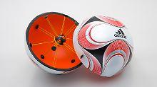 Der von adidas entwickelte Chip-Ball. Ein Mikrochip im Ball übermittelt dem Schiedsrichter per Akustiksignal, wenn das Spielgerät die Torlinie überschritten hat. Im Fußball bleiben technische Hilfsmittel tabu.
