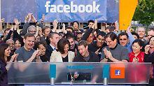Damals war die Euphorie groß: Mark Zuckerberg (m.) läutet den Börsengang ein, mit Sheryl Sandberg (l.) an seiner Seite.
