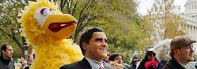 Bibo protestiert gegen Mitt Romneys Pläne.