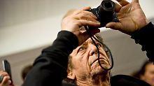 Die New Yorker Rock-Ikone Lou Reed bei seiner Ausstellung in Frankfurt am Main mit der Digitalkamera eines Besuchers.