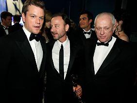 Matt Damon, links, posiert mit den Produzenten Fisher Stevens und Ric O'Barry gleich nach der Oscar-Show.