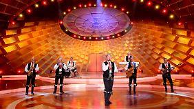 Auf der Bühne hat die Gruppe eine Reihe von Instrumenten dabei.