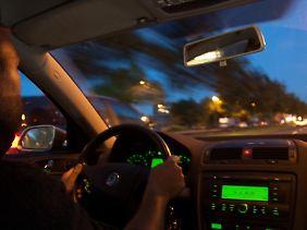 Sehen Autofahrer bei Dunkelheit kaum noch etwas, kann das fatale Folgen haben.