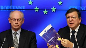 Präsident der Europäischen Kommission José Manuel Barroso (r) und EU-Ratspräsident Van Rompuy