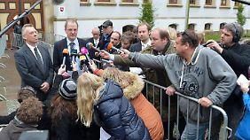 Gefragte Gesprächspartner: Verteidiger Rainer Nitschke (l.) mit dem Vertreter der Nebenklage, Bernhard Weiner.