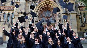 Das Studium ist geschafft - doch danach droht manchen Absolventen eine lange Durststrecke.