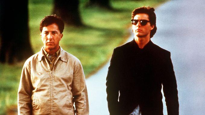 """Dustin Hoffman als Autist (l) und Tom Cruise (r) als sein Bruder in einer Szene des Films """"Rain Man"""" aus dem Jahr 1988."""