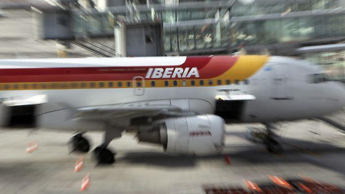 Die spanische Fluglinie Iberia will 4500 Stellen streichen.