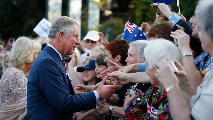 Charles und Camilla müssen - oder dürfen - in Australien viele Hände schütteln, hier bei der Feier zum diamantenen Thronjubiläum der Queen in der Oper von Sydney.