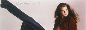 """Kurz darauf provoziert Klein mit seinen Werbeplakaten die Welt. """"Weißt du, was zwischen mich und meine Calvins kommt?"""", fragt darauf eine nur mit hautengen Jeans bekleidete und erst 15 Jahre alte Brooke Shields lasziv räkelnd. Antwort: """"Nichts!"""""""