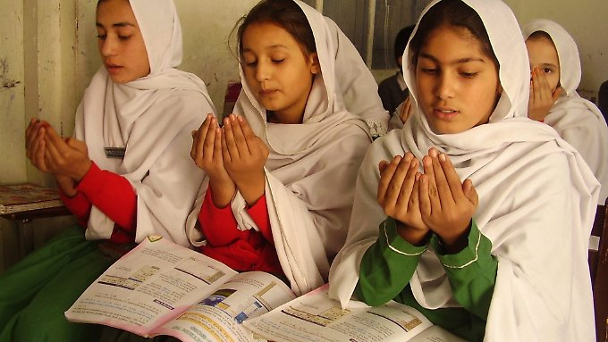 Am Malala-Tag: Pakistanische Schülerinnen beten für Malala.