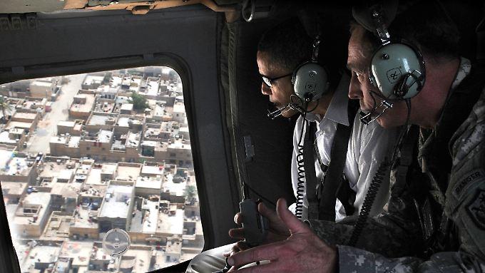 Petraeus und Obama fliegen 2008 über Sadr City im  Irak.