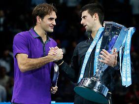 Roger Federer gratuliert dem Sieger.