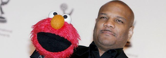 """Kevin Clash mit der """"Sesamstraßen""""-Figur Elmo."""