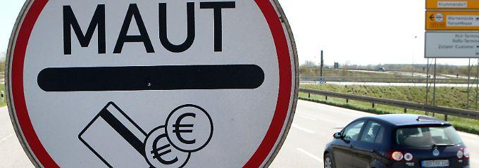 An einer Zufahrtstraße zum mautpflichtigen Warnowtunnel in Rostock.