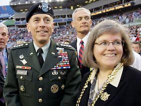 David Petraeus muss seiner Frau Holly nun einiges erklären.