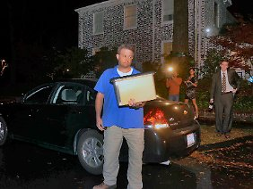 Männer tragen Kisten mit Material aus dem Haus der Ex-Geliebten.