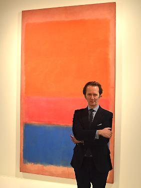 """Tobias Meyer, Chefauktionator und Chef der Modernen Kunst bei Sotheby's, vor """"Royal Red and Blue"""" von Mark Rothko."""