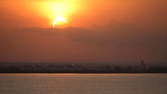 Sonne als Sichel über Darwin Harbour in Darwin, Northern Territory.