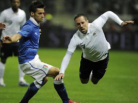 Bayerns Franck Ribery im Zweikampf mit dem Italiener Christian Maggio.