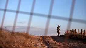 Angespannte Lage: Am Gazastreifen patrouilliert ein israelischer Soldat.