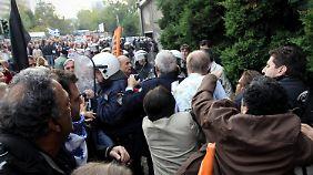 Mit Kaffee übergossen: Demonstranten greifen Konsul an