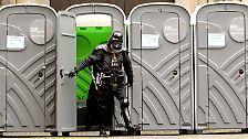 Ernstes Anliegen: der Welttoilettentag: Wo selbst der Kaiser zu Fuß hingeht