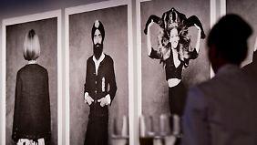 """Diese Fotografien zeigen Anna Wintour, Chefredakteurin der US-Ausgabe der Zeitschrift """"Vogue"""", den indisch-amerikanischen Schauspieler Waris Ahluwalia und die US-amerikanische Schauspielerin Sarah Jessica Parker (v.l.)."""